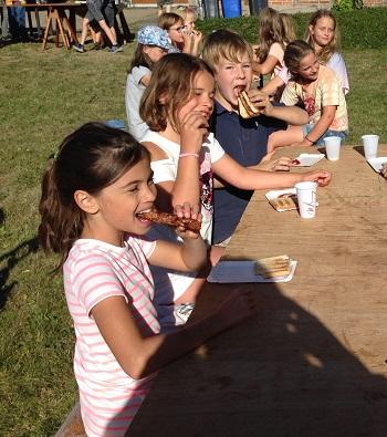 Grillfest auf dem Camping-Singwochenende der Evangelisch-Lutherischen Kirchgemeinde
